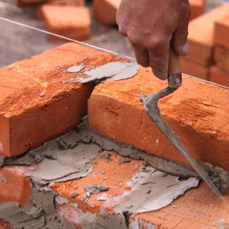 Maçon-dans-masque-bâtiment-brique-1259651433_62
